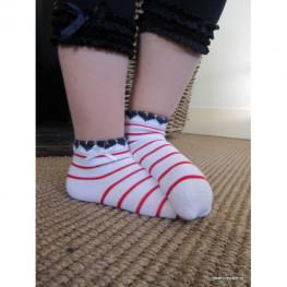 Meisjes sokje wit met rode streepjes en strikje
